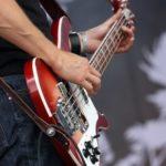 GP main d'un guitariste qui joue de la guitare électrique