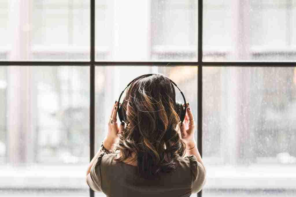 femme qui écoute de la musique au casque audio